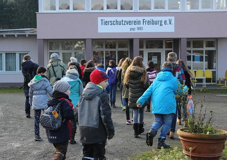Jugendgruppe zu Besuch im Tierheim Freiburg