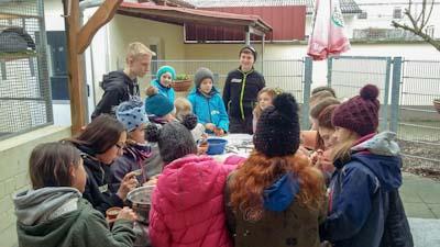 Jugend kocht für Wintervögel